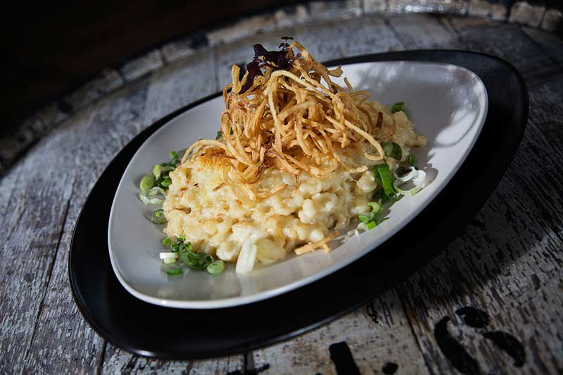 Überbackene, hausgemachte Bayrische Käsespätzle